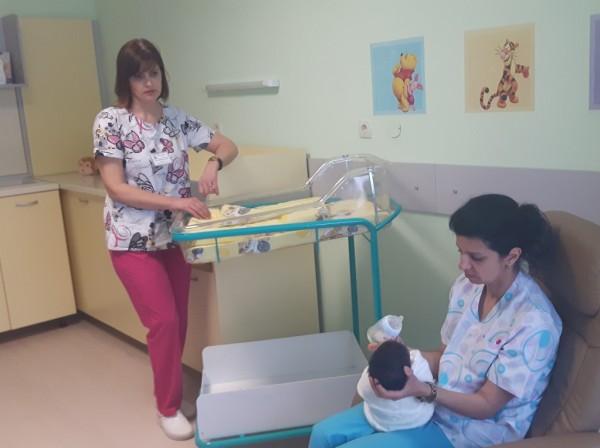 УМБАЛ-Бургас с благотворителен календар с недоносени бебета