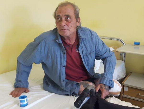 Бездомник вече месец живее в УМБАЛ Бургас, търси помощ за настаняване в дом