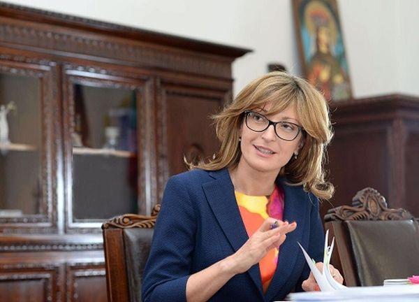 Министър Захариева: Утре се евакуират българите от Ухан