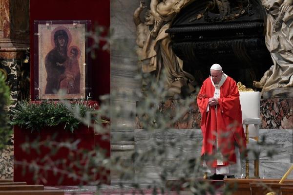 Папа Франциск: Лекарите, медицинските сестри и свещениците са светците на нашето време