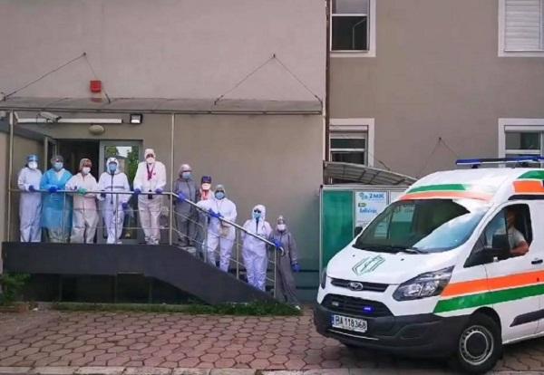 С минута мълчание и вой на сирени медици от цялата страна отдадоха почит към своите загинали колеги