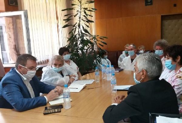 Болниците без инфекционист могат да лекуват COVID, ако сключат граждански договор с такъв