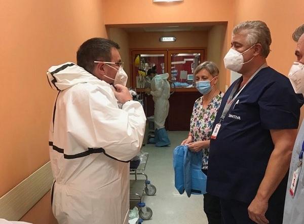 """Министърът влезе в реанимацията на """"Пирогов"""" заради двама болни от COVID лекари"""