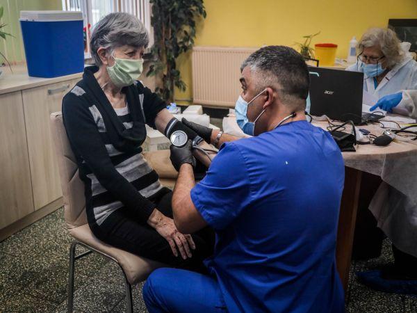 Започнаха имунизациите на възрастните от домовете в София