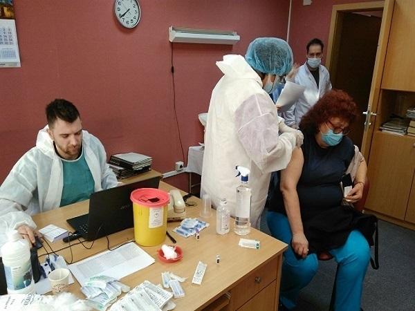 Продължава поставянето на ваксини на хора от домовете за възрастни в София