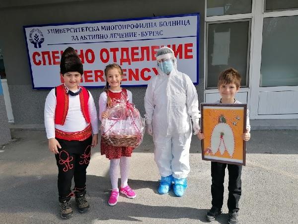 Второкласници дариха с мартеници медиците в Спешно отделение на  УМБАЛ Бургас