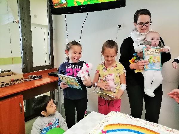 """В УМБАЛ """"Свети Георги"""" зарадваха с дискотека и торта малките пациенти за 1-ви юни"""