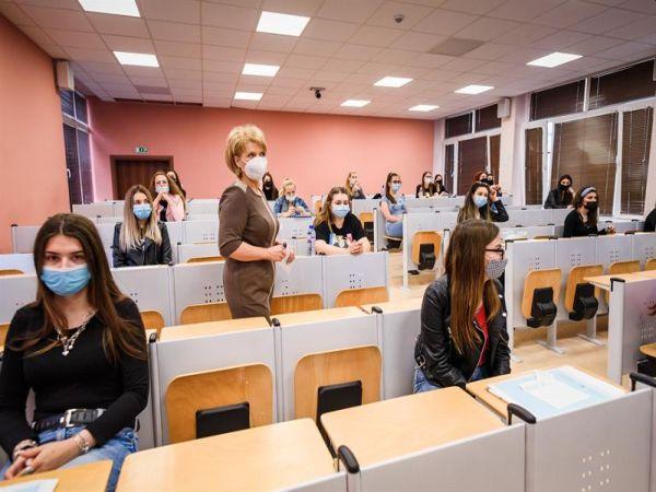Близо 250 кандидати за медсестри и акушерки на предварителен изпит в МУ Варна