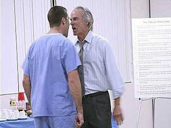 Мъж в Перник задържан за посегателство над медик от спешното