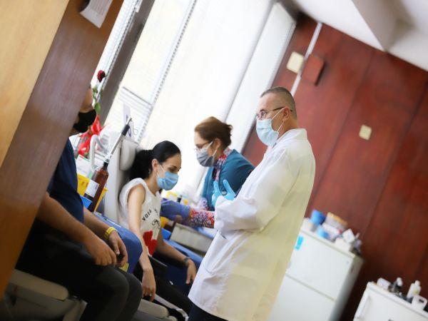 Наплив за ваксиниране през уикенда отчетоха болници и изнесени пунктове в София