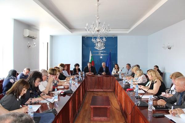 Министър Петров към директорите на РЗИ: Засилете контрола