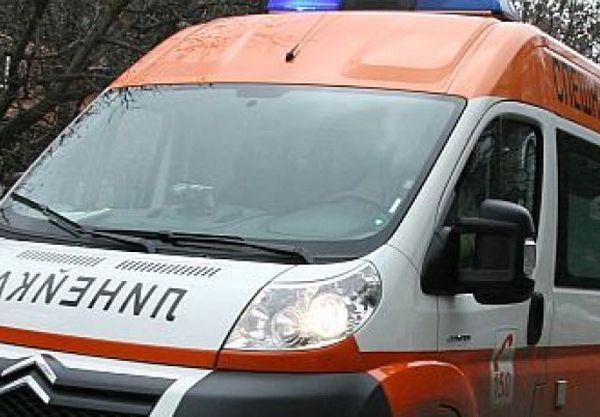 Мъж посрещна с нож екип на спешна помощ в София