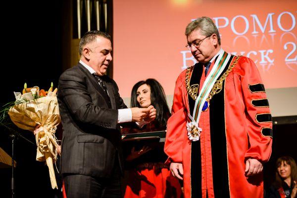 Ректорът на МУ–Варна стана почетен гражданин на Сливен