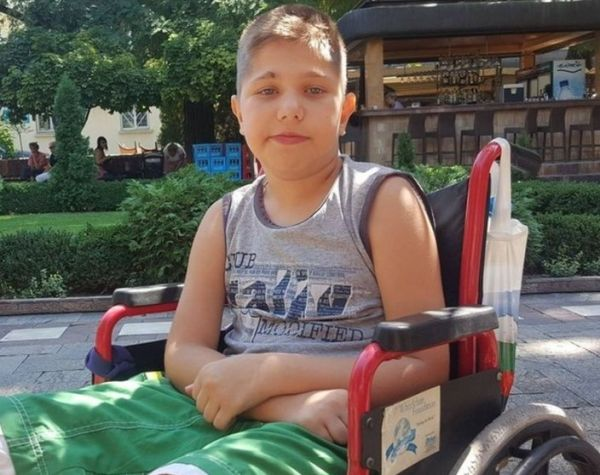 11-годишно момче се бори с тежка болест