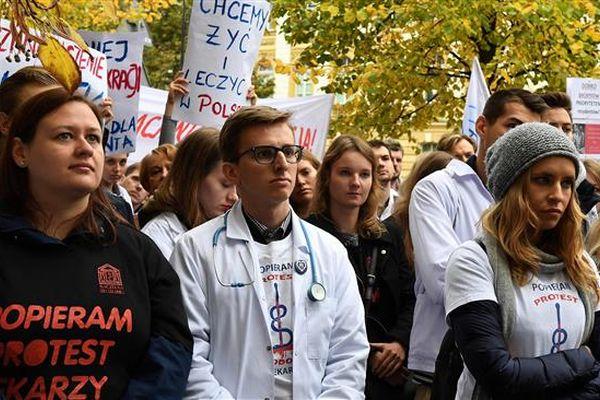 Лекарите в Полша протестират заради драстично увеличено работно време