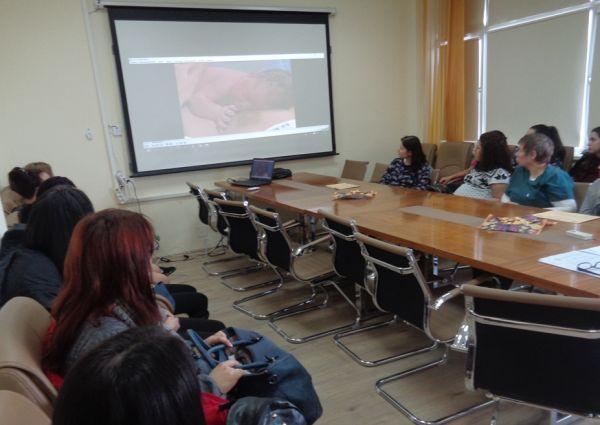 Акушерки и бъдещи майки обсъждаха кърменето на среща в