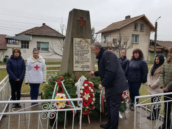 Проф. Асен Балтов поднесе венец на паметника на Николай Пирогов в гр. Пордим
