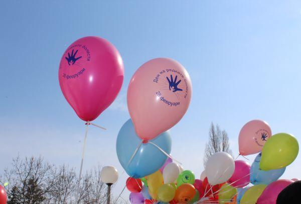 Десетки балони полетяха в знак на солидарност с хората с редки болести