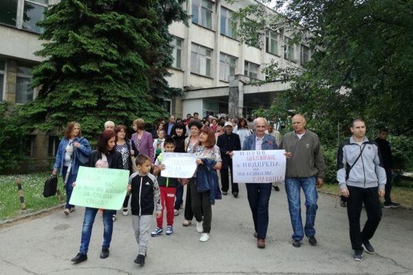 Медиците от МБАЛ-Ловеч отново излязоха на протест навръх празника на града