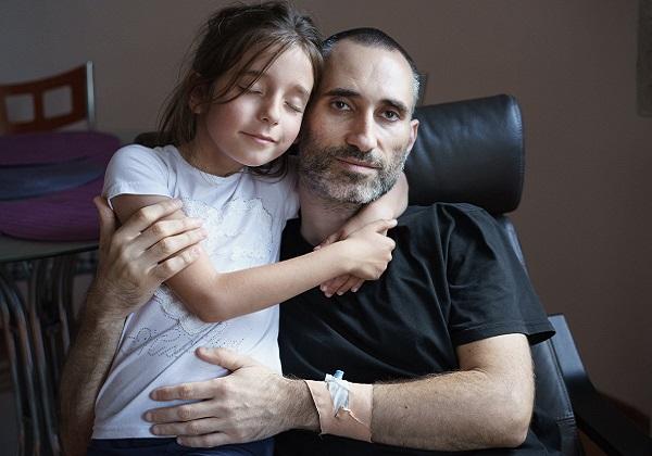 Събират средства за баща, страдащ от тежко заболяване