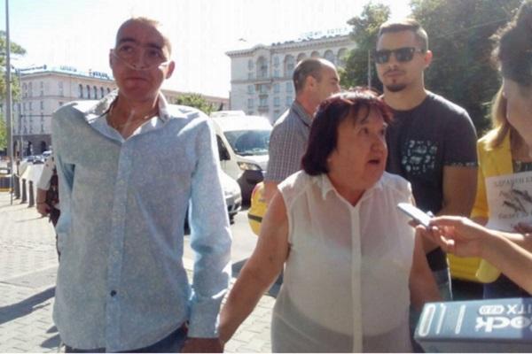 Проблем с трансплантациите на българи във Виена събра пациенти на протест пред МЗ
