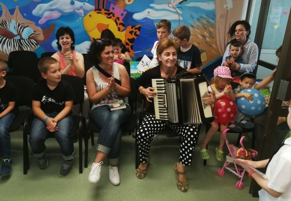 "Подаръци, празнична програма и лакомства получиха малките пациенти на УМБАЛ ""Свети Георги"""