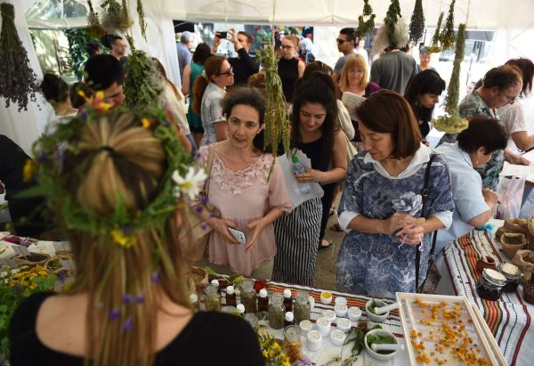 Стотици варненци празнуваха Еньовден в Музея по история на медицината