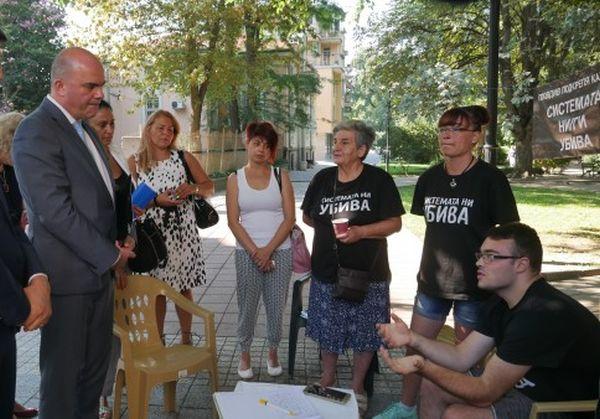 Социалният министър отиде при протестиращи хора с увреждания в Пловдив