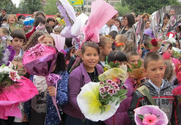 Учители се отказаха от букети заради болни деца в Ловеч и Търговище