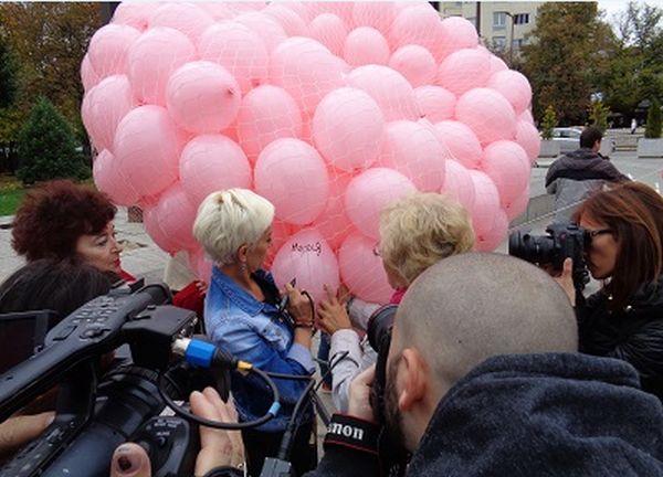 1200 розови балона полетяха в памет на жените, починали от рак на гърдата