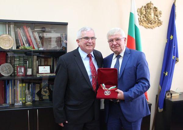 Министър Ананиев награди д-р Гуидо Щьокли за дарения към лечебни заведения у нас