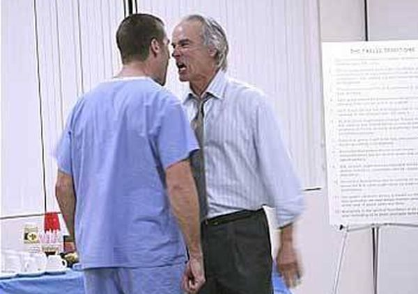 Лекари се сбиха по време на операция