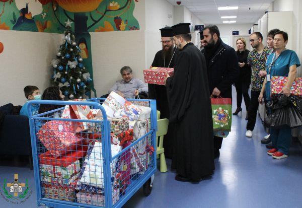 """Малките пациенти на """"Пирогов"""" получиха подаръци от Софийската света митрополия"""
