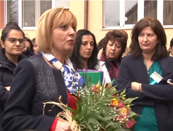 Мая Манолова се срещна с протестиращите сестри в Казанлък