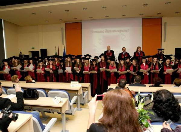 17 магистър-фармацевти се дипломират с отличен успех в МУ-Пловдив