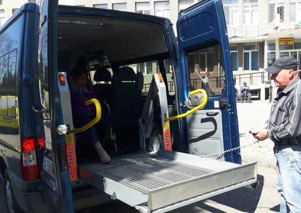 Автомобил с платформа за инвалидни колички вече вози болните на хемодиализа в УМБАЛ Бургас