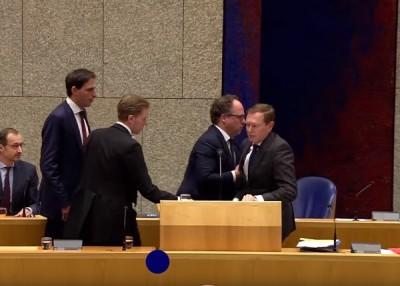 Нидерландският здравен министър припадна от изтощение (Видео)