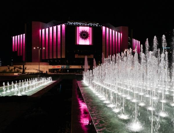 НДК светва в розово
