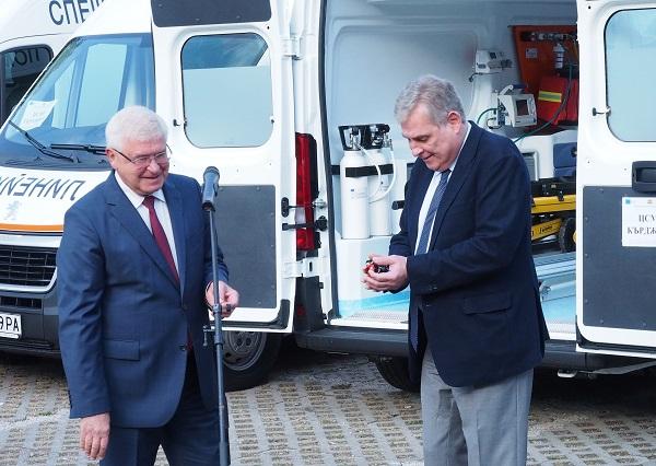 Министърът предаде ключовете на 25 нови линейки за 16 ЦСМП в страната