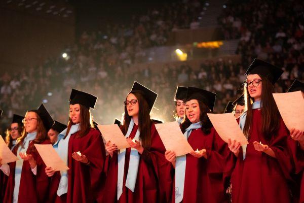 532  здравни специалисти от Варна получиха дипломите си