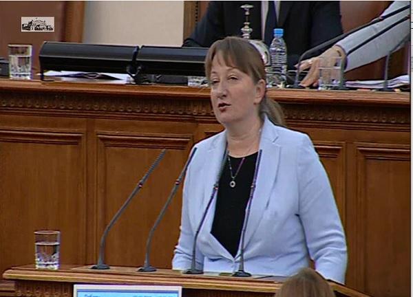 Избраха Деница Сачева за социален министър с бурни дебати
