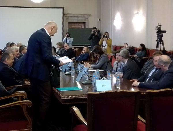 Изслушват д-р Дечев на финала на заседанието на здравната комисия