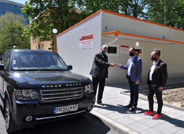 """Бареков дари личния си автомобил на лабораторията за COVID-19 в УМБАЛ """"Свети Георги"""""""