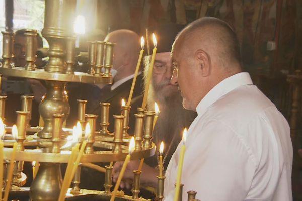 Глобиха премиера и журналистите, били без маска в Рилския манастир (Обновена)