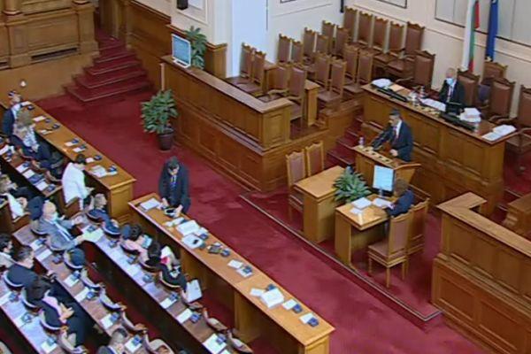 Караянчева сезира РЗИ заради депутати без маски в парламентарната зала