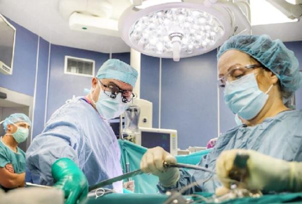 """Екипи на ВМА и """"Пирогов"""" оперираха 11-месечно бебе с рядък тумор"""