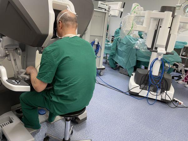 Извършиха първите операции с последно поколение робот Да Винчи в Пловдив