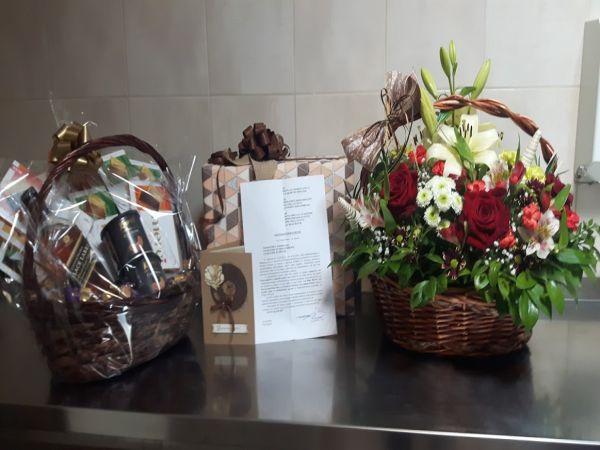 Цветя и подаръци за екипа на Инфекциозното отделение в УМБАЛ Бургас от пациент