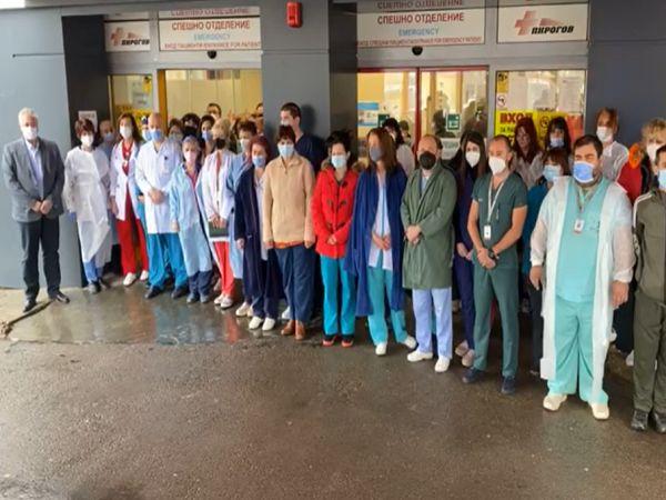 С вой на сирени и едноминутно мълчание медиците почетоха паметта на загиналите си колеги (Обновена)