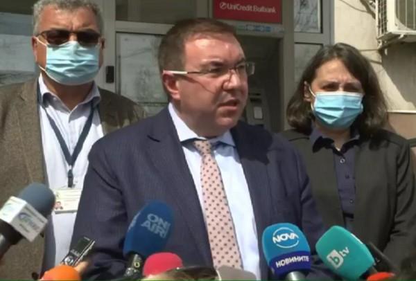 Здравният министър: Решаваме до седмица дали да прилагаме AstraZeneca на лица под 60 години